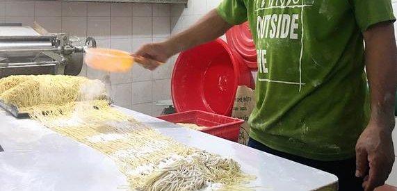 rắc bột mì chống dính lên sợi mì tươi