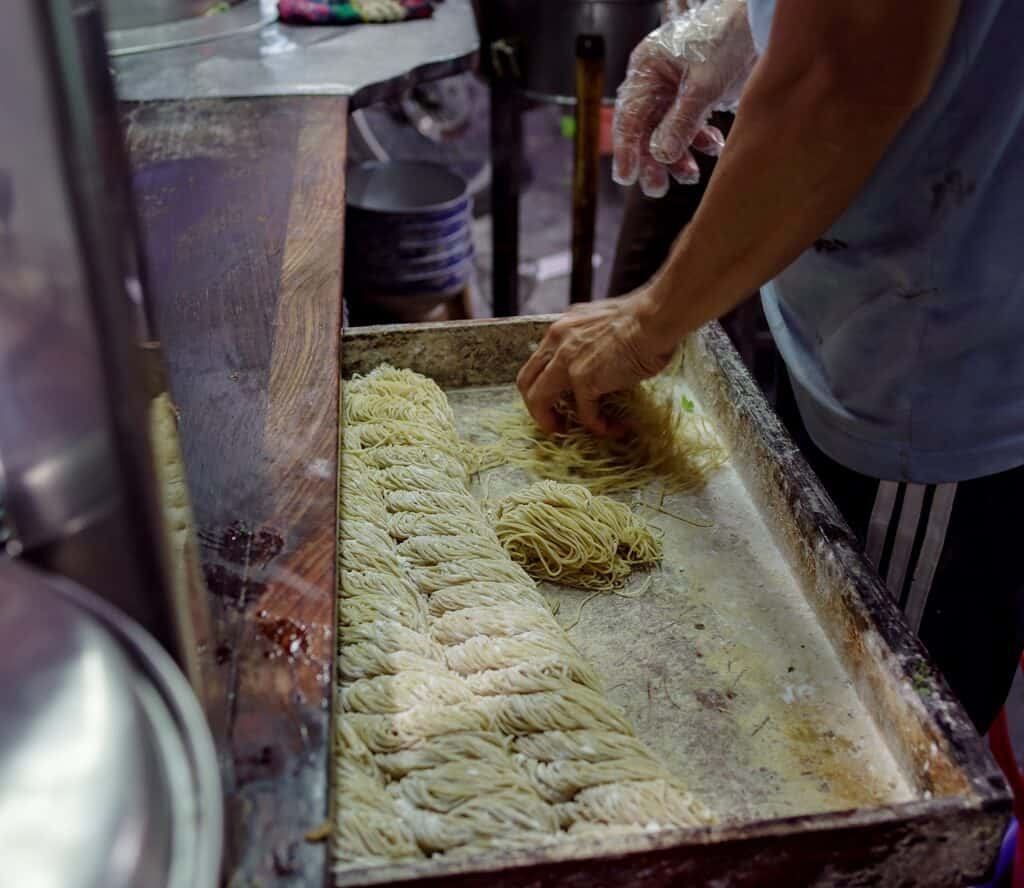 Mì tươi gia truyền ở các tiệm mì vằn thắn
