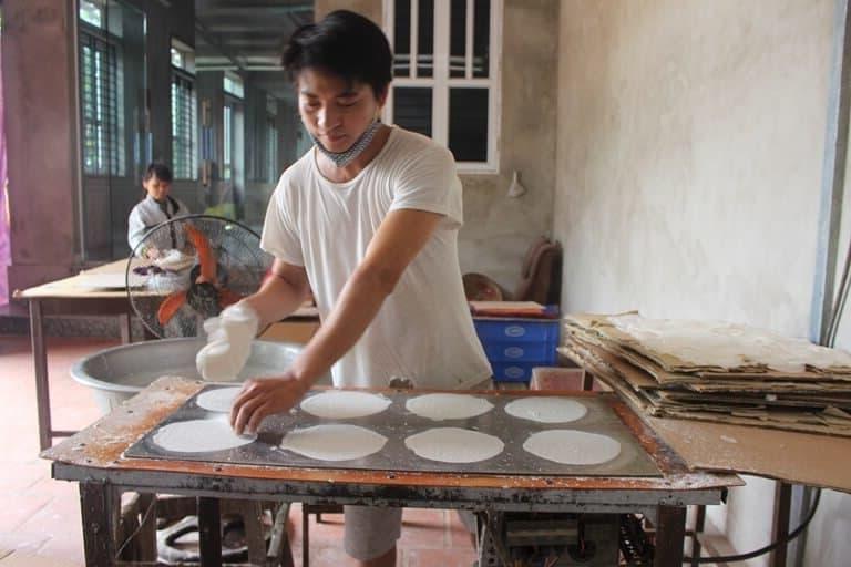 Sản xuất bánh tráng bò bía thủ công