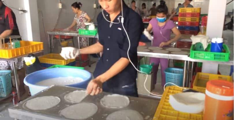 quy trình làm thủ công bánh tráng bò bía (bánh tráng xốp đậu xanh, bánh tráng cuốn chả giò)